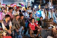CHIANG MAI, TAILÂNDIA - 15 DE NOVEMBRO DE 2014: Watchi do grupo de pessoas Foto de Stock Royalty Free