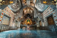 Chiang Mai, Tailândia, 12 16 18: Dentro do templo de prata Tiro largo do ângulo do cenário Ornamento do ouro e da prata nas pared imagem de stock royalty free