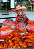 Chiang Mai, Tailândia: Mulher que vende o frango frito Imagens de Stock Royalty Free
