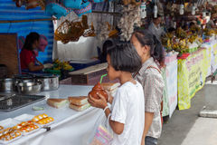 CHIANG MAI TAILÂNDIA O 13 DE JUNHO: Meninas que esperam para comprar  imagem de stock