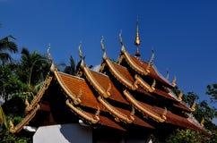 Chiang Mai, Tailândia: Telhados de Vihan Salão Fotografia de Stock Royalty Free