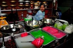 Chiang Mai, Tailândia: Vendedor de alimento no mercado Salão Imagens de Stock