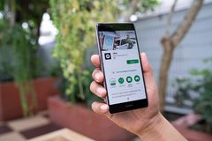 CHIANG MAI, TAILÂNDIA - agosto 05,2018: Homem que guarda HUAWEI com apps de Uber Uber é rede do transporte do app do smartphone p fotografia de stock royalty free