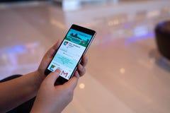 CHIANG MAI, TAILÂNDIA - agosto 03,2018: Mulher que guarda HUAWEI com Google Maps na tela Google Maps é o mapeamento o mais popula imagens de stock