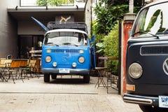 CHIANG MAI, TAILÂNDIA - 23 DE NOVEMBRO DE 2017: Carros retros clássicos azuis e cinzentos Volkswagen foto de stock