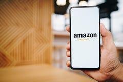 CHIANG MAI, TAIL?NDIA - mar?o 23,2019: Homem que guarda a mistura 3 de Xiaomi MI com os apps das Amazonas na tela As Amazonas s?o imagens de stock
