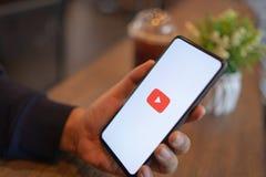 CHIANG MAI, TAIL?NDIA - mar?o 24,2019: Homem que guarda a mistura 3 de Xiaomi MI com os apps de Youtube na tela YouTube ? o v?deo fotografia de stock