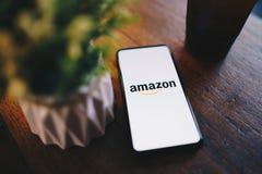 CHIANG MAI, TAIL?NDIA - mar?o 24,2019: Telefone celular da mistura 3 de Xiaomi MI com apps das Amazonas As Amazonas s?o umas elet fotos de stock