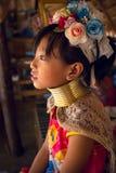 CHIANG MAI, TAILAND - 22 DE ABRIL DE 2016: Um retrato de uma menina Kayan Imagens de Stock