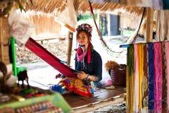 Chiang Mai, Tailandia - 22 aprile 2015: Il villaggio delle donne dal lungo collo Villaggi di Hilltribe Fotografia Stock