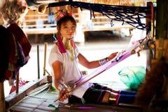 Chiang Mai, Tailandia - 22 aprile 2015: Il villaggio delle donne dal lungo collo Villaggi di Hilltribe Fotografie Stock Libere da Diritti