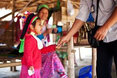 Chiang Mai, Tailandia - 22 aprile 2015: Il villaggio delle donne dal lungo collo Villaggi di Hilltribe Fotografie Stock