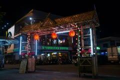 CHIANG MAI, TAILANDIA - CIRCA AGOSTO 2015: Entrata al mercato di notte in Chiang Mai, Tailandia Immagini Stock Libere da Diritti