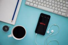 CHIANG MAI, TAILANDIA - 17 DE MARZO DE 2016: IPhone de Apple con Netflix a Imágenes de archivo libres de regalías