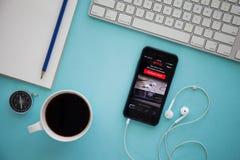 CHIANG MAI, TAILANDIA - 17 DE MARZO DE 2016: IPhone de Apple con Netflix a Fotografía de archivo libre de regalías