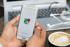 CHIANG MAI, TAILANDIA - 16 DE MARZO: Google Maps para el móvil Foto de archivo libre de regalías