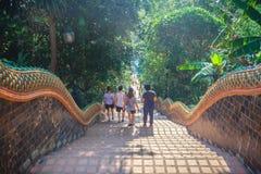 Chiang Mai, Tailandia - 3 de mayo de 2017: El turista está caminando abajo de Imágenes de archivo libres de regalías