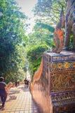 Chiang Mai, Tailandia - 3 de mayo de 2017: El turista está caminando abajo de Fotografía de archivo libre de regalías