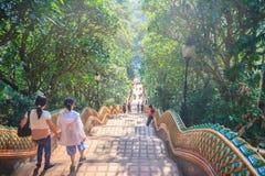 Chiang Mai, Tailandia - 3 de mayo de 2017: El turista está caminando abajo de Fotos de archivo libres de regalías