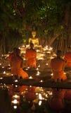 CHIANG MAI, TAILANDIA - 20 DE MAYO: Los monjes budistas tailandeses meditan con Fotos de archivo libres de regalías