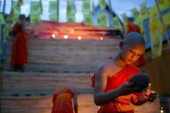 CHIANG MAI, TAILANDIA - 20 DE MAYO: Los monjes budistas tailandeses meditan con Imágenes de archivo libres de regalías