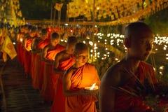 CHIANG MAI, TAILANDIA - 20 DE MAYO: Los monjes budistas tailandeses meditan con Fotografía de archivo libre de regalías