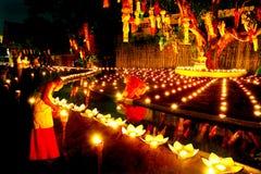 CHIANG MAI, TAILANDIA - 12 DE NOVIEMBRE DE 2008: Un pequeños monje y cuesta Imagenes de archivo