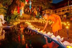 CHIANG MAI, TAILANDIA - 12 DE NOVIEMBRE DE 2008: Un pequeños monje y cuesta Imagen de archivo libre de regalías