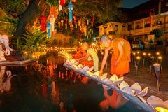 CHIANG MAI, TAILANDIA - 12 DE NOVIEMBRE DE 2008: Un pequeños monje y cuesta Fotos de archivo libres de regalías