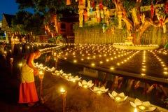CHIANG MAI, TAILANDIA - 12 DE NOVIEMBRE DE 2008: Un pequeños monje y cuesta Fotografía de archivo