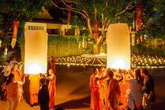 CHIANG MAI, TAILANDIA - 12 DE NOVIEMBRE DE 2008: Un pequeños monje y cuesta Imagen de archivo