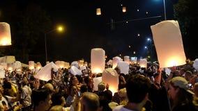 Chiang Mai, Tailandia 3 de noviembre de 2017: La gente funciona con una linterna de papel grande con el fuego en el cielo nocturn almacen de metraje de vídeo