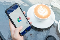 CHIANG MAI, TAILANDIA - 2 DICEMBRE 2015: Un colpo di schermo della tenuta della mano dell'uomo di Google Maps app che mostra sul  fotografia stock libera da diritti