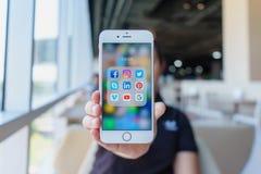 CHIANG MAI, TAILANDIA - febbraio 22,2018: Donna che tiene iPhone 6 di Apple immagine stock libera da diritti