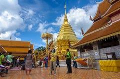 CHIANG MAI, TAILANDIA 9 giugno: Stupa di visita di molti turisti di Wat P Immagini Stock Libere da Diritti