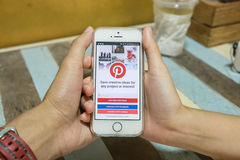 CHIANG MAI, TAILANDIA - LUGLIO 16,2016: IPhone 5s di Apple con Pintere Fotografia Stock Libera da Diritti