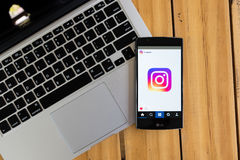 CHIANG MAI, TAILANDIA - 12 MAGGIO 2016: Applicazione di Instagram di logo del colpo di schermo nuova facendo uso del LG G4 Instag Immagine Stock Libera da Diritti