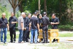 CHIANG MAI, TAILANDIA - 19 MAGGIO: Gente non identificata che prepara bruciare cremare tradizionale tailandese della bara retual  immagini stock libere da diritti