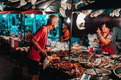 Chiang Mai, Tailandia 12 16 18: Mercato di notte delle vie di Chiang Mai Il venditore vende le sue merci nelle vie fotografia stock libera da diritti