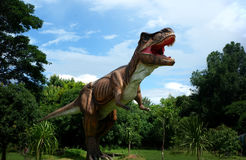 Chiang Mai, Tailandia - 20/08/2017: Modelo del dinosaurio en el parque ocultado del pueblo en Chiang Mai, Tailandia Imagenes de archivo