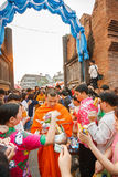 CHIANG MAI, TAILANDIA - 12 NOVEMBRE 2008: Un piccoli monaco e passo Fotografie Stock