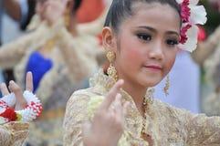 Lo studente adolescente esegue i balli tailandesi tradizionali fotografia stock libera da diritti