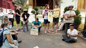 Chiang Mai, Tailandia - 2019-03-15 - piccola protesta dell'attivista di clima si siede nel cerchio archivi video