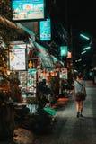 Chiang Mai, Tailandia, 12 16 18: Ragazza dei pantaloni a vita bassa che cammina da solo nelle vie Alcuni commerci sono ancora ape fotografie stock