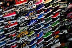 Chiang Mai, Tailandia: Visualizzazione delle scarpe da tennis Immagini Stock