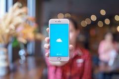 CHIANG MAI TAJLANDIA, Apr, - 08,2019: Kobieta trzyma Jab?czanego iPhone 6S R??anego z?oto z OneDrive na ekranie Microsoft OneDriv fotografia stock