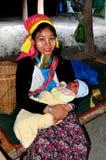 Chiang Mai, Tajlandia: Długa szyi matka z dzieckiem Zdjęcia Royalty Free