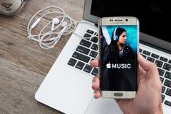CHIANG MAI, TAJLANDIA - DEC 1, 2015: Mężczyzna ręki mienia ekranu strzał Jabłczana muzyka app pokazuje na Samsung galaxy s6 krawę obraz stock