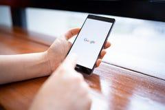 CHIANG MAI TAJLANDIA, FEB 16,2019: Kobieta trzyma HUAWEI z Google rewizją na ekranie Google jest du?ym Internetowym rewizj? obrazy royalty free