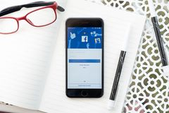 CHIANG MAI TAJLANDIA, JAN, - 07, 2018: iPhone 6S przedstawienia facebook ap Obraz Stock